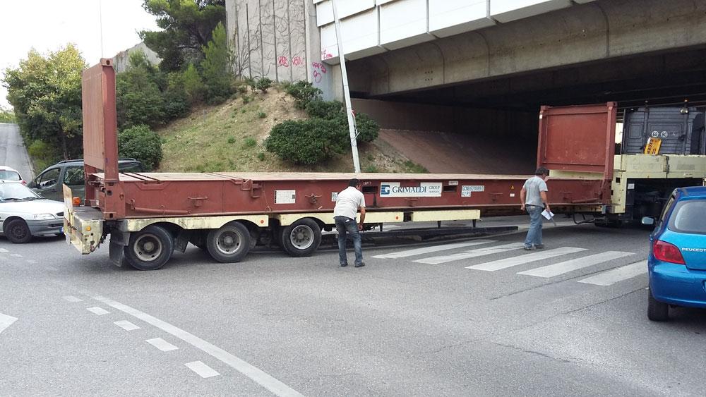 Un exemple entre mille : camion coincé sous le pont de l'autoroute (octobre 2015).